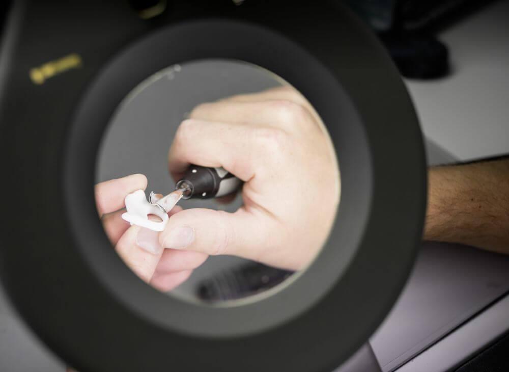 Earwear Technik Produkt unter Mikroskop